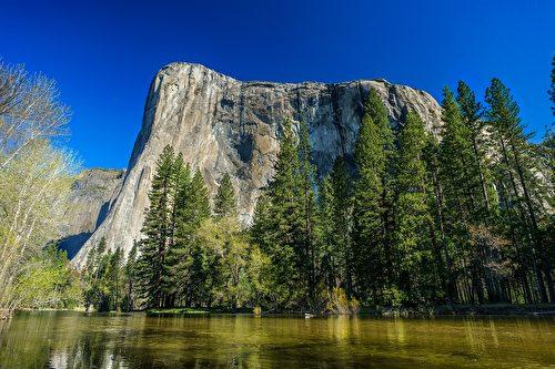伊爾酋長岩是一塊高達900米的巨型灰黑色花崗岩石,在整個優勝美地谷和冰川點都能看到。(Frank Ravizza/CC/Pixabay)