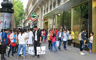 巴黎大区在2017年上半年,中国游客增加29.8%,图为巴黎百货商店前的中国游客。(关宇宁/大纪元)