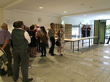 宣判前,民众排队等待进入庭审听。(周仁/大纪元)