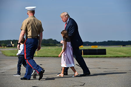 US President Donald Trump arrives in Morristown, New Jersey, on August 4, 2017, with grandchildren Arabella Kushner and Joseph Kushner. Trump will spend a 17-day vacation at his golf course in Bedminster, New Jersey. / AFP PHOTO / Nicholas Kamm