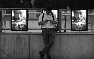 """由大陆演员吴京主演与导演的《战狼2》在中国大陆热映,但片中的""""爱国(党)主义""""调料却引起网友两边倒的激烈对峙。(AFP PHOTO / Greg Baker)"""