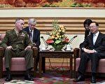 正在中國訪問的美國參謀長聯席會議主席鄧福德(Joseph Dunford)表示,中國需要對朝鮮更大施壓,而且美國為保護本國及其盟國,有調用各種軍事能力的決心。(AFP PHOTO/POOL/WANG ZHAO)Dunford (L), chairman of the US Joint Chiefs of Staff, at the Zhongnanhai Leadership Compound in Beijing on August 17, 2017. Dunford is visiting China this week after holding meetings with military officials in South Korea, where he reiterated Washington's readiness to use military means to defend its allies. / AFP PHOTO / POOL / WANG ZHAO