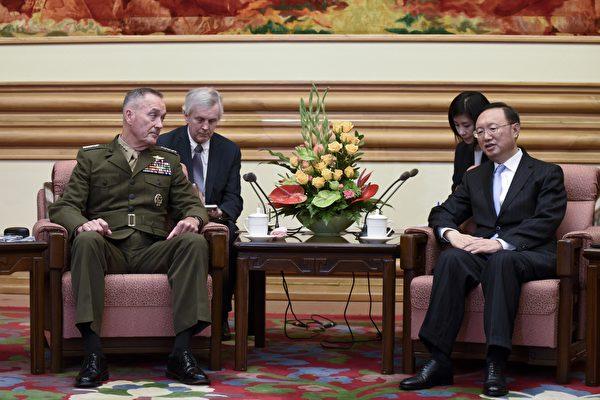 正在中国访问的美国参谋长联席会议主席邓福德(Joseph Dunford)表示,中国需要对朝鲜更大施压,而且美国为保护本国及其盟国,有调用各种军事能力的决心。(AFP PHOTO / POOL / WANG ZHAO)
