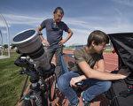 许多美国人已抵达日全食最佳观赏地点外,来自世界各地的民众也纷纷涌向美国,盼能亲眼目睹这场罕见的天文奇观。(AFP PHOTO / STAN HONDA)