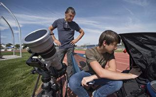 許多美國人已抵達日全食最佳觀賞地點外,來自世界各地的民眾也紛紛湧向美國,盼能親眼目睹這場罕見的天文奇觀。(AFP PHOTO / STAN HONDA)