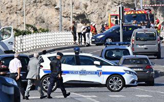 2017年8月21日,法国南部的马赛市发生两起汽车冲撞公共汽车候车亭的事件,造成一人死亡。(BORIS HORVAT/AFP/Getty Images)