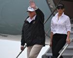 總統川普(特朗普)和第一夫人週二(8月29日)抵達德州,展開對受災地區的訪問。他表示,希望當地救災力度比以往任何時候都好。(AFP / JIM WATSON)