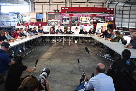 US President Donald Trump(C) speaks during a firehouse briefing on Hurricane Harvey in Corpus Christi, Texas on August 29, 2017. President Donald Trump flew into storm-ravaged Texas Tuesday in a show of solidarity and leadership in the face of the deadly devastation wrought by Harvey -- as the battered US Gulf Coast braces for even more torrential rain. / AFP PHOTO / JIM WATSON