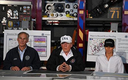 川普在科珀斯克里斯蒂消防局聽取災情救援工作的簡報。(JIM WATSON/AFP)