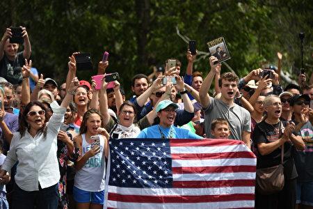 消防局外歡迎的人們。(JIM WATSON/AFP)