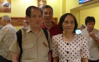 人瑞中心18日在華埠皇上皇酒家辦義工感恩餐會,圖為伍寶玲主任(右)和中心80多歲的義工兼乒乓健將(左)在一起。 (蔡溶/大紀元)