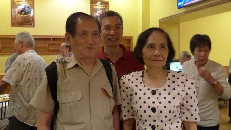 人瑞中心18日在华埠皇上皇酒家办义工感恩餐会,图为伍宝玲主任(右)和中心80多岁的义工兼乒乓健将(左)在一起。 (蔡溶/大纪元)