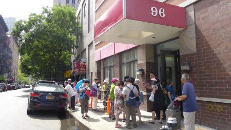 自华埠中心的松柏老人大厦23日起接受申请后,昨天有2,037位市民前来大楼,排队索取申请表。