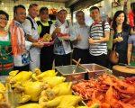 """客委会自23日起举办为期三天的""""客家美食国际厨艺交流活动"""",交流首日,特别安排来自新加坡和法国的两位名厨,到新竹县竹东镇的客家传统市场参观体验 。(赖月贵/大纪元)"""