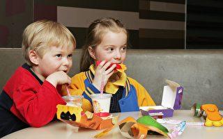 最新研究發現,在900名5至9歲澳洲兒童當中,孩子們更有可能選擇附帶免費電影角色玩具的快餐,而忽略健康飲食。公共衛生專家呼籲禁止快餐附贈兒童玩具。(Kristian Dowling/Getty Images)