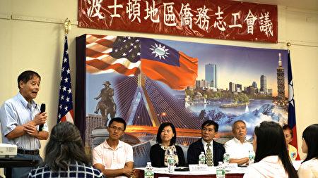 陈清芳牧师(左一)分享急难救助个案。(曾仁/大纪元)