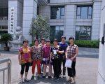 2017年8月7日,上海8名访民到南京南京铁路运输法院,集体控告南京玄武公安局。(志愿者提供)