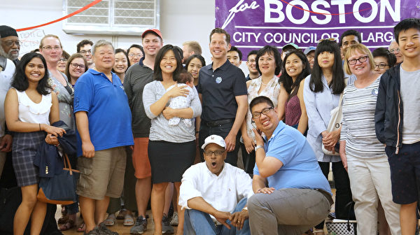 波士顿市议会议长吴弭(Michelle Wu,抱婴儿者)与支持者合影。其身后戴帽者为她的先生Conor Pewarsk。(黄剑宇/大纪元)