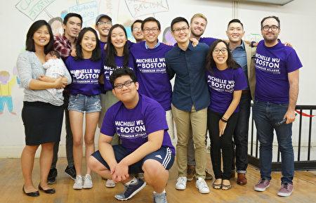 吴弭的竞选团队里年轻人很多是亚裔。(黄剑宇/大纪元)