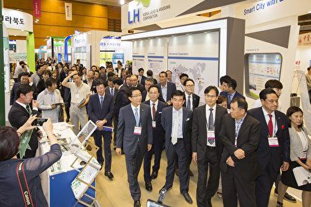 第三届韩经国际房地产博览会(简称CSK2017)于8月17日在韩国国际会展中心开幕。图为各企业CEO及访客们的观览参展商品的场景。(全景林/大纪元)