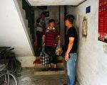 上海浦東新區幾位訪民家門口有黑色會人士看守,不讓出家門口一步。(志願者提供)