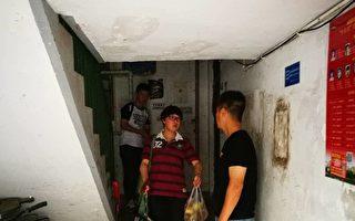 上海浦东新区几位访民家门口有黑色会人士看守,不让出家门口一步。(志愿者提供)
