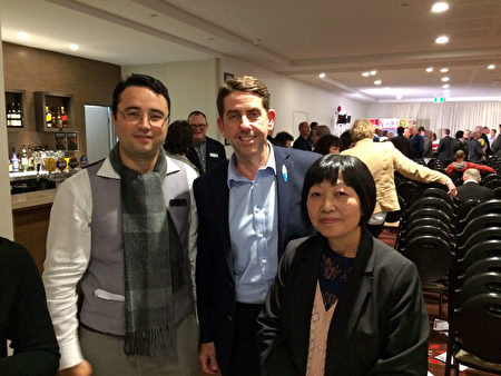 澳大利亞昆州健康廳長迪克(中)對法輪功學員的出席會議表示歡迎。(Richard/大紀元)