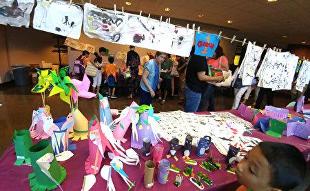 表演厅外的各项学生作品展示成果。(黄剑宇/大纪元)