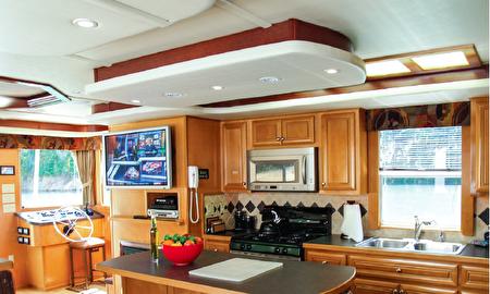 图:船上设施齐全、豪华,最适合水上派对。(大纪元)