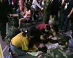 8月8日晚,四川阿坝州九寨沟县发生7.0级强震,目前余震不断,滞留游客达6万人,撤离通道拥堵不堪。(当地民众提供)