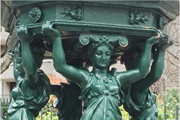 位于巴黎第五区,Poliveau 路上的华莱士喷泉(局部),仿自希腊艺术的女像柱是最大特征,充满古典气质。(史多华/大纪元)