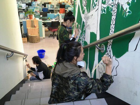 大同鄉南山部落青年藝術家彩繪辦公廳舍,呈現著原鄉部落文化。(羅東林管處提供)