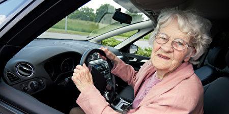 英国年龄达到和超过90岁的老人中有超过10万人仍然有驾驶执照。(大纪元资料图片)