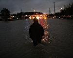 休斯顿市内今晚开始实行宵禁,每晚10点到第二天早上5点,凡外出者,将有可能被警察盘查。(Photo by Win McNamee/Getty Images)