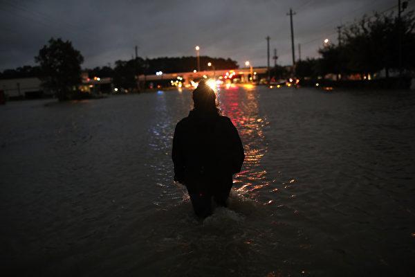 休斯頓市內今晚開始實行宵禁,每晚10點到第二天早上5點,凡外出者,將有可能被警察盤查。(Photo by Win McNamee/Getty Images)