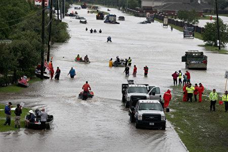 颶風哈維給休斯頓帶來史無前例的洪災,休斯頓救援機構、德州和聯邦機構投入資源抗洪。(Photo by Scott Olson/Getty Images)