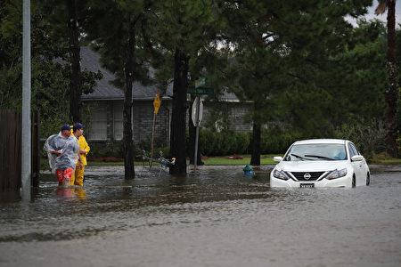 休斯頓進入抗洪第四天,市內很多道路淹水。(Photo by Joe Raedle/Getty Images)