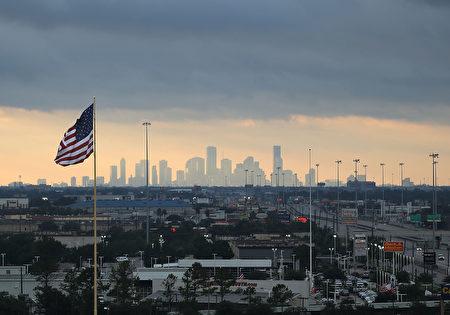 颶風哈維給休斯頓帶來數天持續豪雨的熱帶風暴,8月29日傍晚天空初次露出晚霞。(Photo by Joe Raedle/Getty Images)