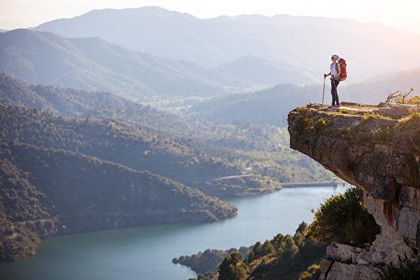 放任貪念與行走懸崖之間,其實只隔一小步而已。所以,需要時時警醒,不讓貪念在內心膨脹,才是對自己生命真正的負責。(fotolia)