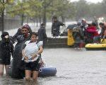 连日来,美国德克萨斯州遭受飓风哈维袭击,洪水成灾,成千上万居民不得不撤离。(加通社)