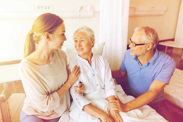 护理师连扎3针才成功扎上软针,老奶奶没有生气,反而给护理师点赞。(Fotolia)