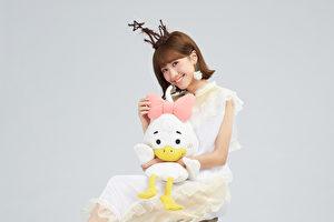 LuLu黃路梓茵推出首張專輯《美小鴨》,公司將妹妹手繪的「美小鴨」2D圖縫製做成玩偶,一同入鏡。(環球提供)