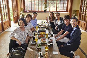 羅大佑(右排後二)拍攝新歌《同學會》MV畫面,周丹薇(右排後)等演藝圈重量級大腕首度同台,氣氛歡笑樂。(種子音樂提供)