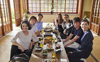 罗大佑(右排后二)拍摄新歌《同学会》MV画面,周丹薇(右排后)等6为演艺圈重量级大腕首度同台,气氛欢笑乐。(种子提供)