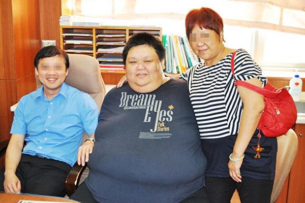 胖哥呂宗憲(中)減重前體重一度飆到280公斤,他聽已去世媽媽(右)的話,接受2次減重手術,配合持續性運動及飲食控制,努力減肥。(台南市立安南醫院提供/中央社)