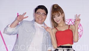 中國藝人葉子淇AK同名專輯8月7日在台北舉行記者會,師兄郝劭文(左)特地前來站台。(黃宗茂/大紀元)