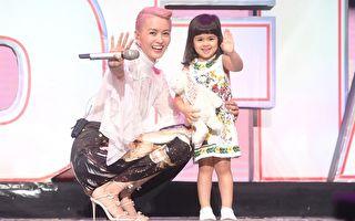 梁咏琪(Gigi)日前在北京开个唱,终场时她带着爱女Sofia首度亮相。(得意智文创提供)