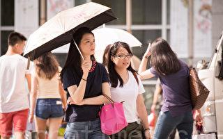 根据中央气象局观测资料,台北7日高温飙至38.3度,创下今年全台最高温。图为行人撑伞遮阳。(陈柏州/大纪元)