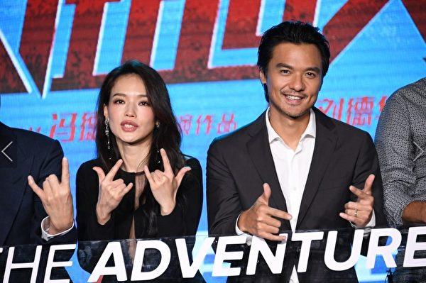 导演冯德伦(右)与舒淇(左)于8日现身北京参加新片首映会。(CATCHPLAY提供)