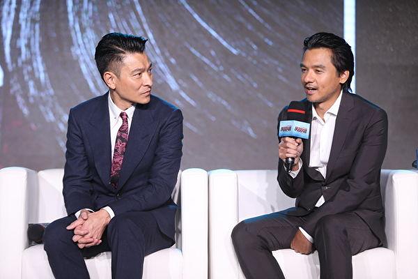 刘德华(华仔)今年1月在泰国拍广告不慎坠马后休养半年多后正式复工,他于8日首度公开亮相,和导演冯德伦出席北京的新片首映会。(CATCHPLAY提供)